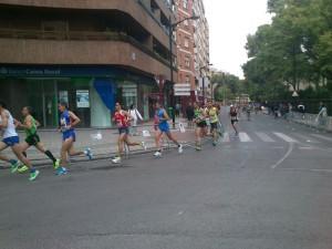 en la imagen se ve a un atleta del club coda al paso por el km 1,5.