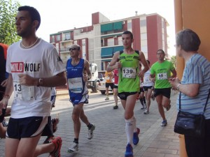 En la foto se ven a varios corredores almanseños