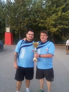 Los delegados del equipo posan con el Trofeo conseguido en Villamalea. (FOTO: David Parra)