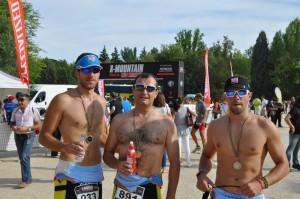 Los tres almanseños después de finalizar el Triatlón. (FOTOS: José Julián López)