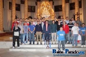 La plantilla y algunos aficionados posan bajo la imagen de la Virgen de Belén con la Copa Federación