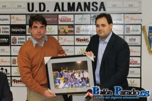 El Alcalde hizo entrega de una fotografía cedida por esta Web. www.balonparado.es