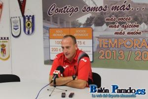 El entrenador del Azuqueca, Miguel López no asistió al partido por su reciente paternidad.