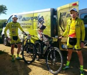 Aitor Escobar (a la derecha de la imagen) junto a Sebastián Blanco, su compañero en la Vuelta a Ibiza.
