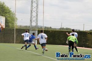 Aquí vemos como el defensa agarra de la camiseta a Luis en la jugada del penalti.