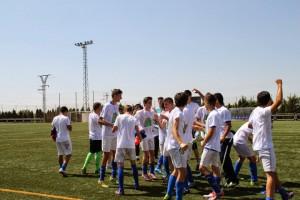 Los Cadetes celebrando el ascenso a Liga Regional.  (FOTO: EFBAlmansa)