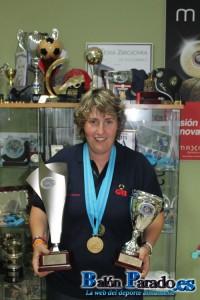 Bea posa orgullosa con sus trofeos y medallas