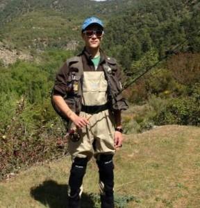 Aquí vemos a José Manuel equipado para comenzar una jornada de pesca