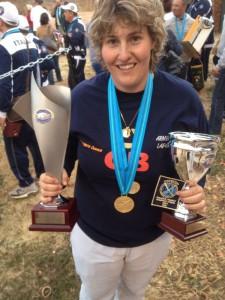 Bea luce sus dos medallas de oro y sus trofeos como Campeona del Mundo Individual y por Equipos