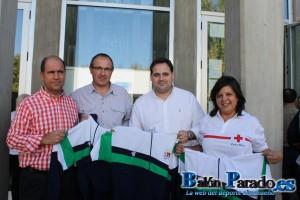 Antes de la presentación, el Club donó ropa a Cruz Roja y los asistentes comida al Comedor Social.