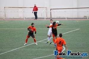 Abel Buades completó un buen partido jugando en el centro de la defensa