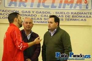Ricardo Burillo explicaba al Alcalde de Almansa algunos aspectos técnicos de la Esgrima.