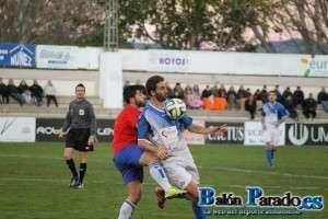 Iker Torre podría volver al once tras cumplir sanción. Imagen del partido de ida.